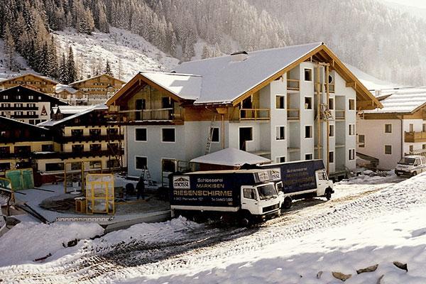 Eröffnung der Schirmneben dem bar Hotel Zauchensee Zentral